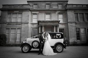 Bruidspaar met klassieke auto