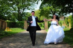 Rennend bruidspaar