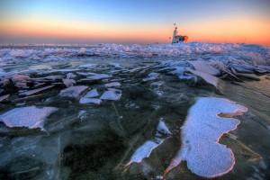 Kruiend ijs bij Marken