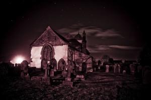 Kerkhof in een klein dorpje in Engeland