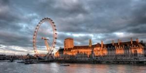 De London Eye langs de Embankment in Londen