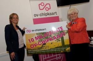 Uitreiking 10 miljoenste OV-chipkaart door Karla Peijs