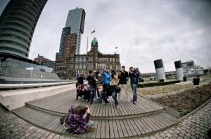 Groep fotografen tijdens een photo walk op de Kop van Zuid in Rotterdam