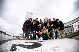 Groepsfoto met Rotterdam als decor