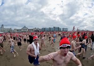 Om 12:00 mochten ze naar de zee rennen!