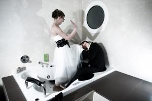 Bruidspaar in droge jacuzzi