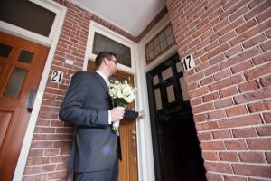 Bruidegom belt aan bij de bruid