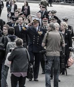 Koning Willem-Alexander op weg naar het defilé op Veteranendag 2015