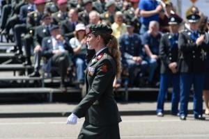 Vrouwelijke veteraan tijdens het defilé op Veteranendag 2015
