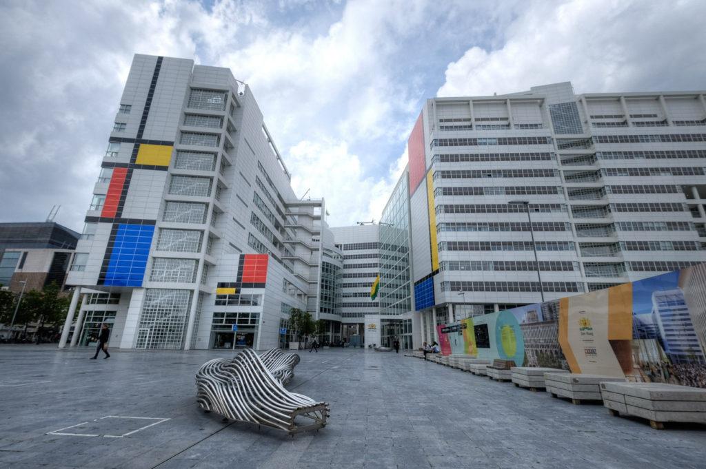 Het stadhuis van Den Haag in Mondriaan-stijl