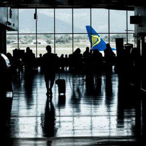 Reizigers in de terminal op Bergamo airport